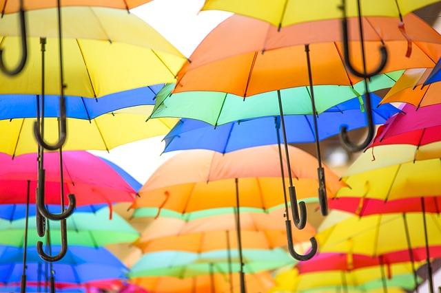 たくさんのカラフルな傘