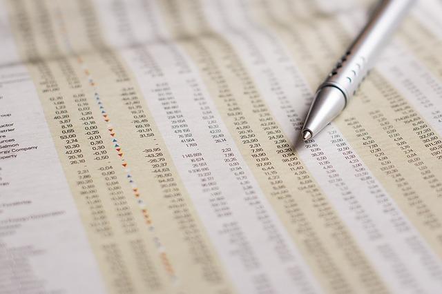 新聞の株価とペン