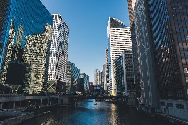 オフィスビルと川