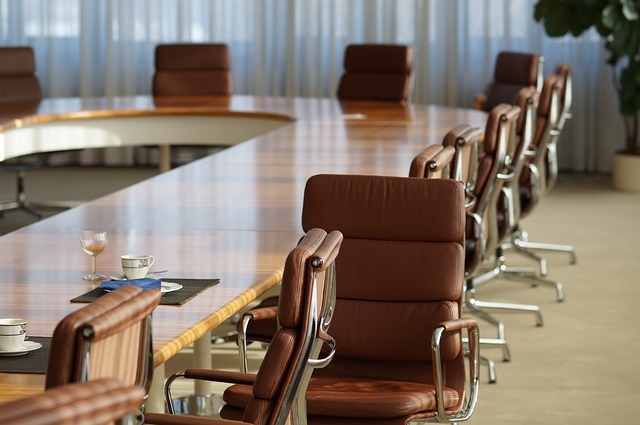 会議室と振り向く椅子
